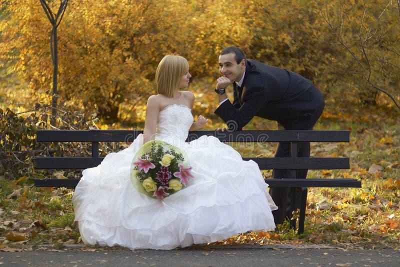 美好的已婚夫妇在婚礼之日 愉快的微笑的新婚佳偶 图库摄影