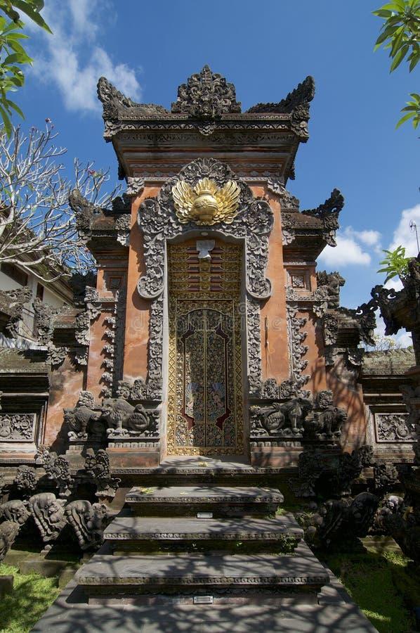 美好的巴厘语房子入口门 库存图片