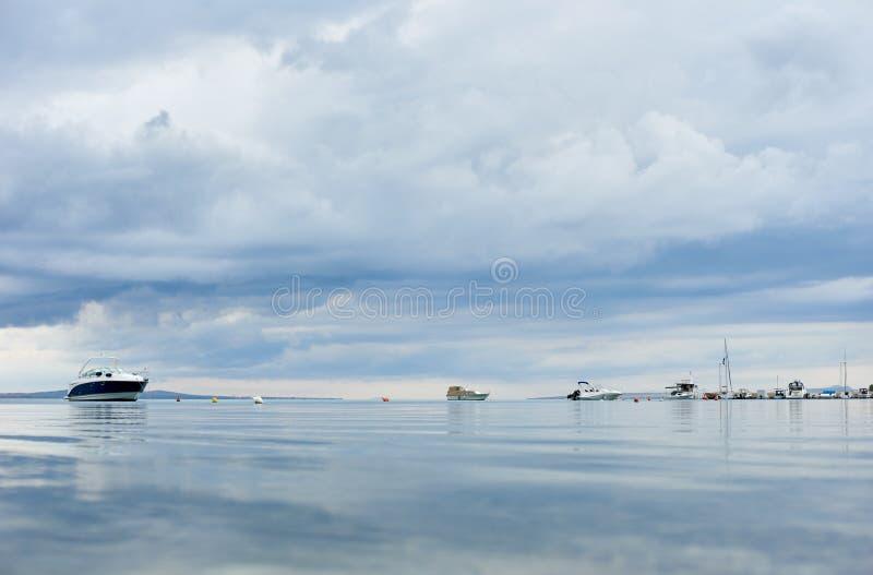 美好的平安的海景在明亮的夏日 免版税库存图片