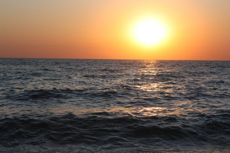 美好的平衡的海日落 海浪噪声 免版税库存照片