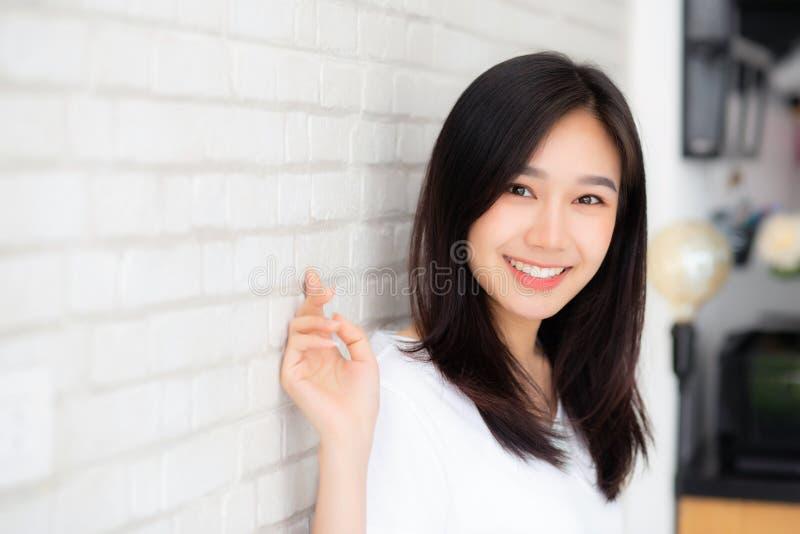美好的年轻亚洲妇女幸福身分画象在gr的 免版税库存照片