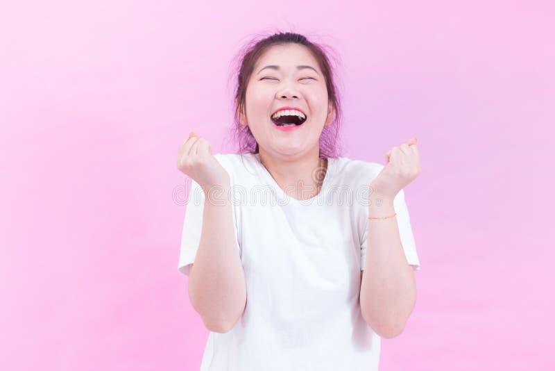 美好的年轻亚洲妇女黑发穿戴画象有惊奇的激动愉快尖叫的一件白色T恤杉 库存照片