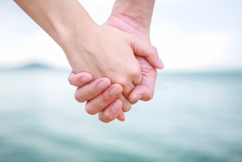 美好的年轻夫妇做与手指的心脏 库存照片