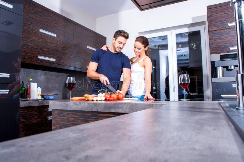 美好的年轻夫妇在厨房里 免版税库存照片