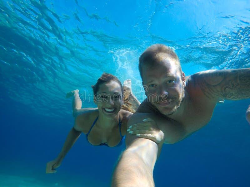 美好的年轻夫妇潜水在海洋 免版税库存照片