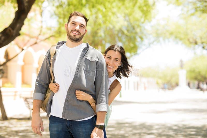 美好的年轻夫妇画象在便衣拥抱的 免版税库存照片