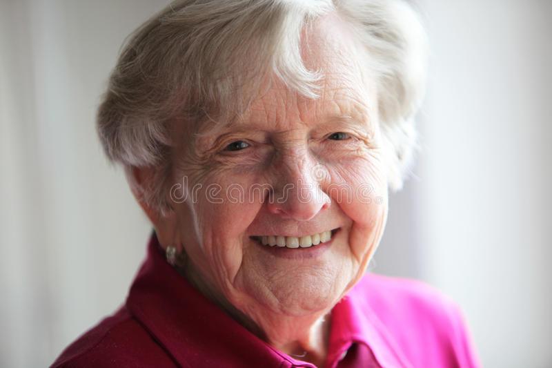 美好的年长领退休金者微笑 免版税库存照片
