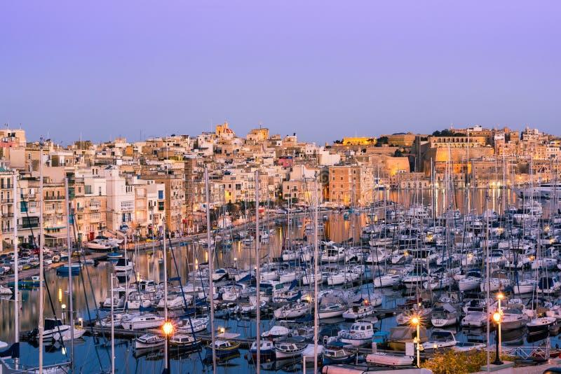 美好的建筑学和小船在港口,三个城市,马耳他 免版税图库摄影