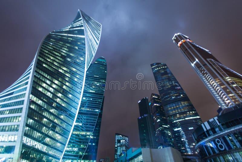 美好的建筑学摘要街道夜城市背景 免版税库存照片