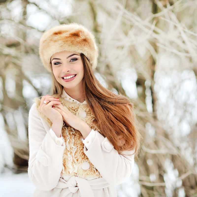 美好的微笑的少妇portrat在冬天 库存图片