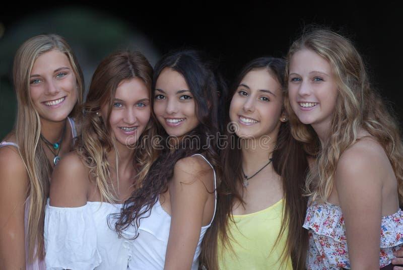 美好的微笑,微笑的小组女孩 免版税库存照片