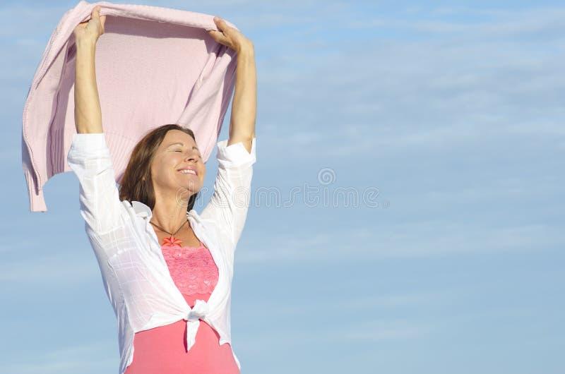 美好的快乐的成熟妇女背景 免版税库存照片
