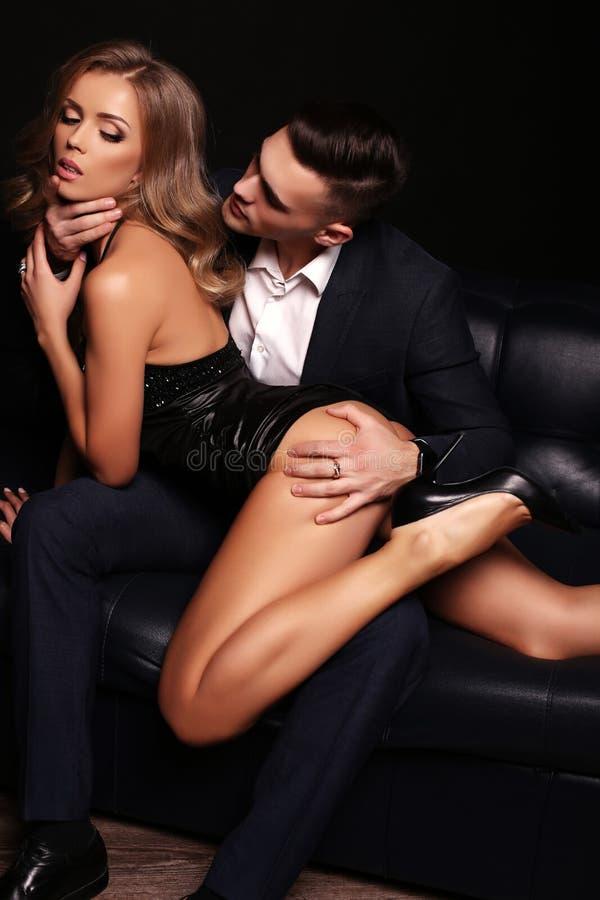 美好的性感的夫妇 华美的白肤金发的妇女和英俊的人 免版税库存照片