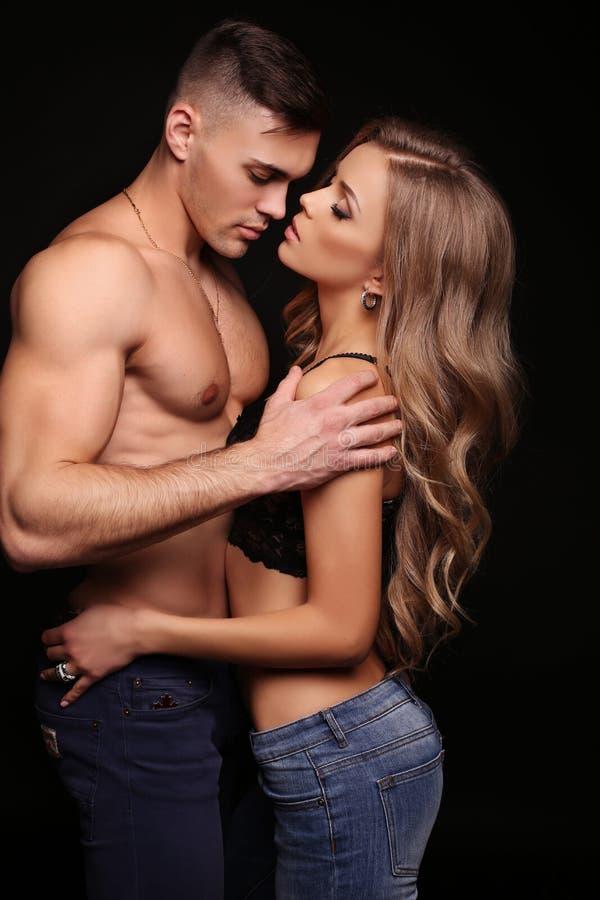 美好的性感的夫妇 华美的白肤金发的妇女和英俊的人 免版税库存图片