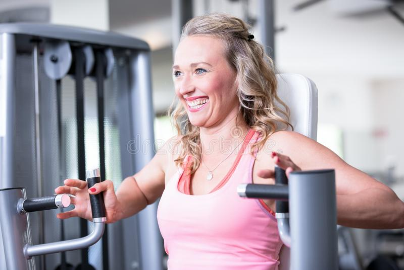 美好的性感的妇女人夫妇做着在fitnes健身房-胸口新闻,长凳的一种锻炼 库存图片