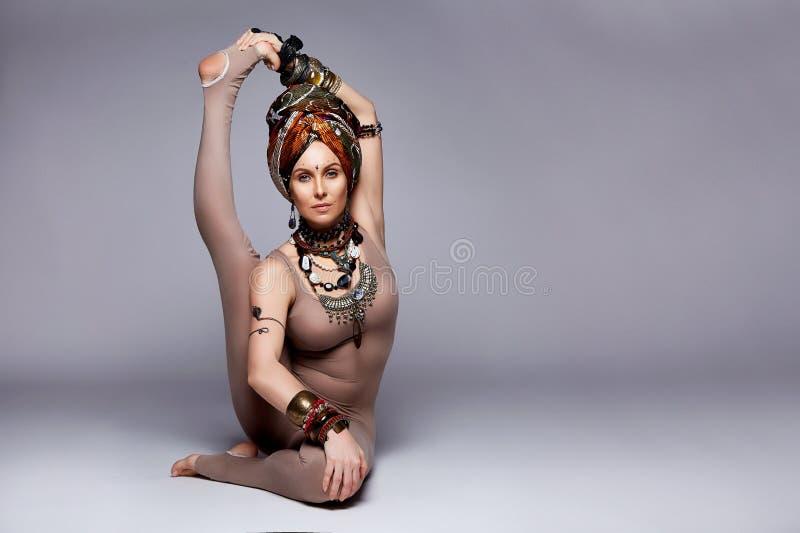 美好的性感的少妇白肤金发的穿戴皮包骨头的体育穿戴衣服acc.