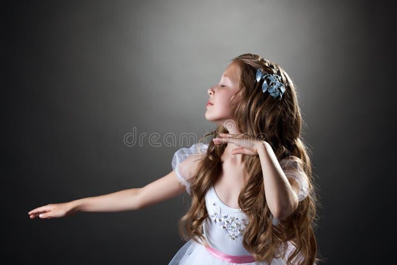 美好的情感女孩跳舞在演播室 库存图片