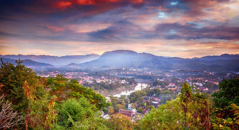 美好的惊人的日落在从登上Phusi的琅勃拉邦老挝, 老挝是一个普遍的旅行目的地在亚洲东南部 免版税图库摄影