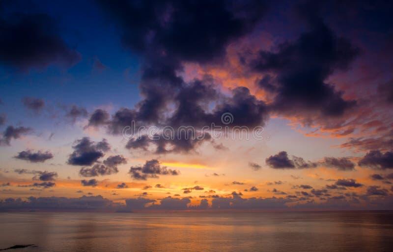 美好的惊人的海日落鸟瞰图与剧烈的颜色的 免版税库存照片