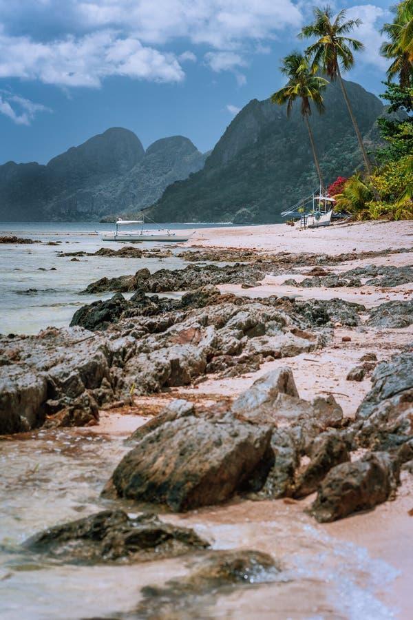美好的惊人的自然风景 热带风景在菲律宾 海滩低潮中与伟大的山 ?? 免版税图库摄影