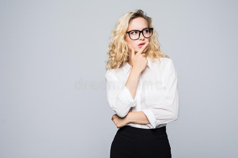 美好的想法的白肤金发的女商人被隔绝的白色背景 免版税库存图片
