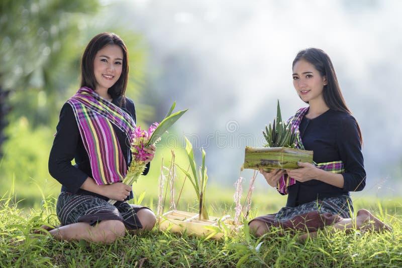 美好的愉快的亚洲家庭微笑和笑一起 库存图片