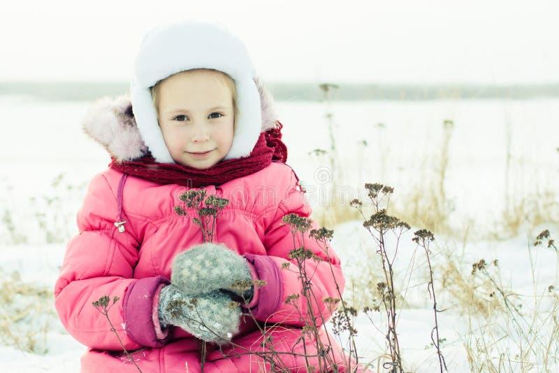 美好的愉快的女孩冬天户外。 免版税图库摄影