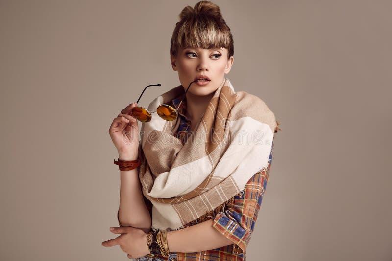 美好的戴生动的眼镜的魅力白肤金发的嬉皮妇女 免版税库存图片