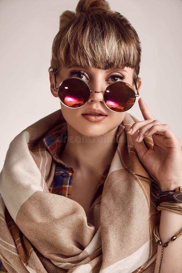 美好的戴生动的眼镜的魅力白肤金发的嬉皮妇女 库存图片