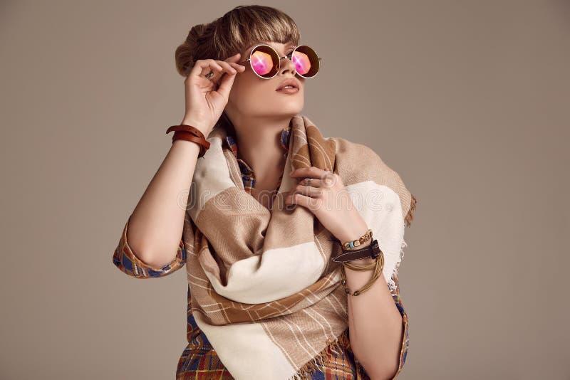 美好的戴生动的眼镜的魅力白肤金发的嬉皮妇女 库存照片