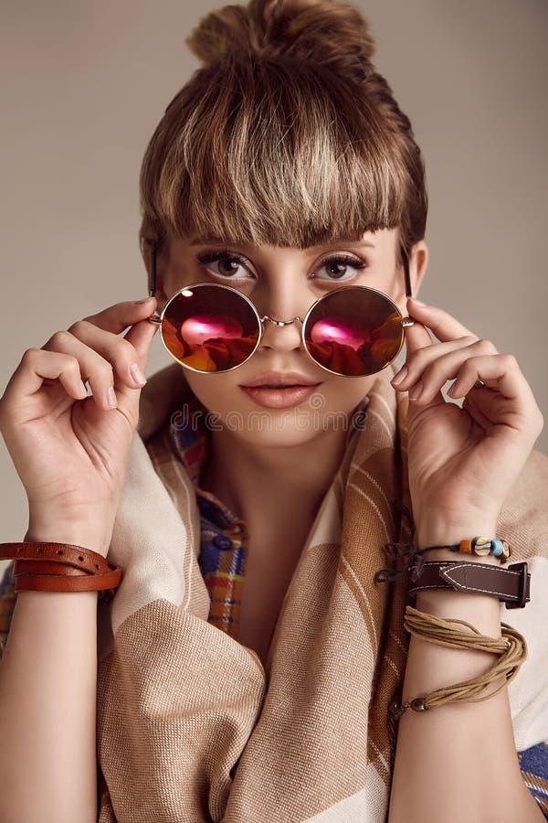 美好的戴生动的眼镜的魅力白肤金发的嬉皮妇女 图库摄影