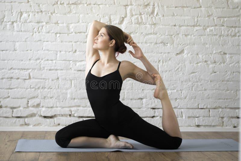 美好的执行的女孩瑜伽 免版税库存照片