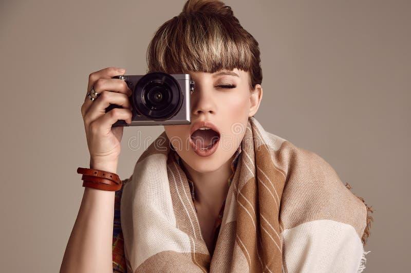 美好的拍在照相机的魅力白肤金发的嬉皮妇女照片 免版税库存图片