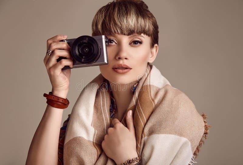 美好的拍在照相机的魅力白肤金发的嬉皮妇女照片 库存图片