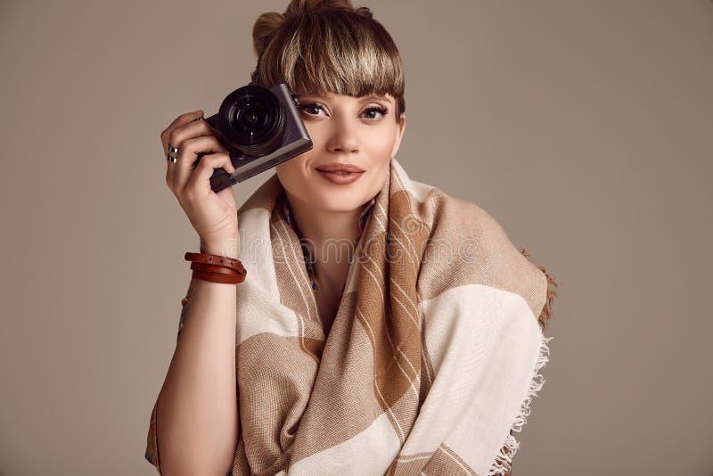 美好的拍在照相机的魅力白肤金发的嬉皮妇女照片 免版税图库摄影