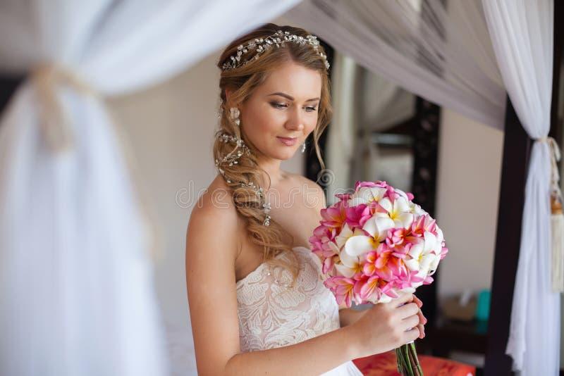 美好的新娘微笑和看如此感觉幸福在婚礼之日 免版税库存照片