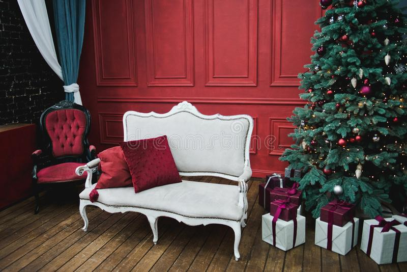 美好的新年装饰的经典家庭内部 冬天背景 有圣诞节装饰的客厅 o ? 免版税库存图片