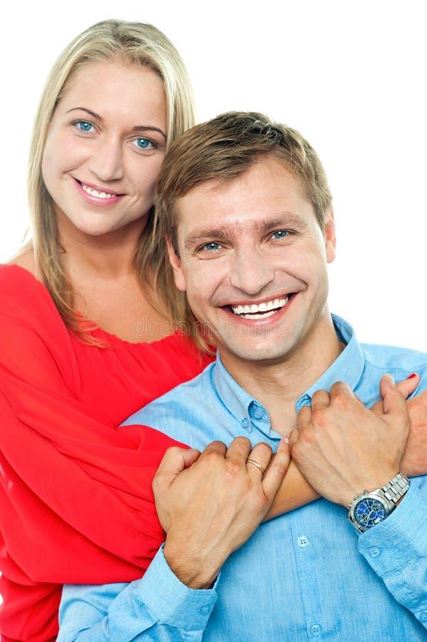 美好的新愉快的微笑的夫妇 免版税库存照片