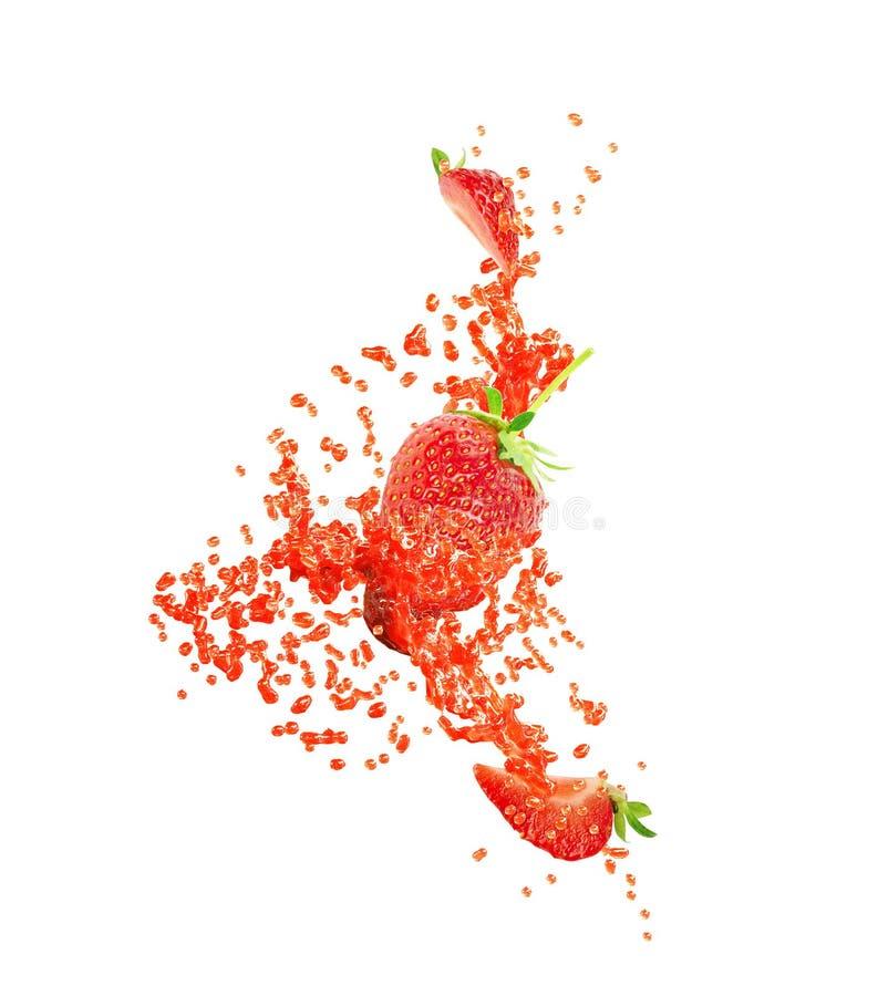 美好的新草莓汁或果酱飞溅波浪漩涡用草莓 飞溅草莓汁的红色莓果汁被隔绝 免版税库存图片