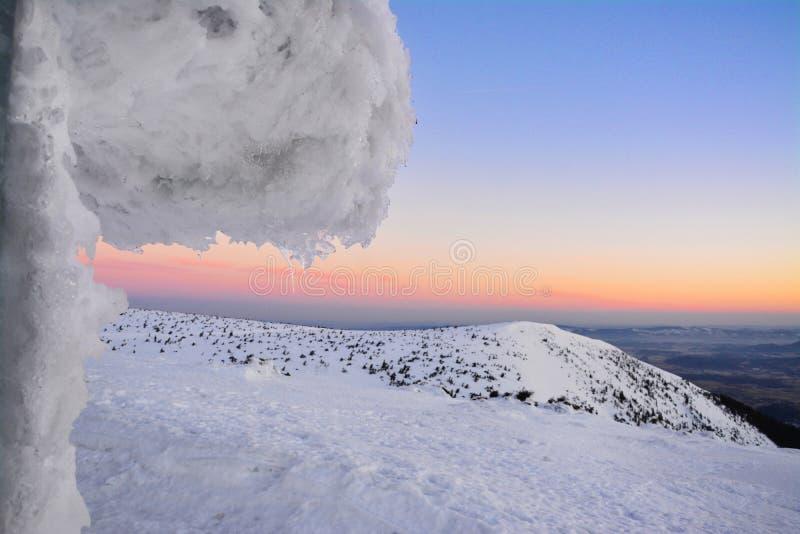 美好的日出在冬天,苏台德山 免版税库存图片