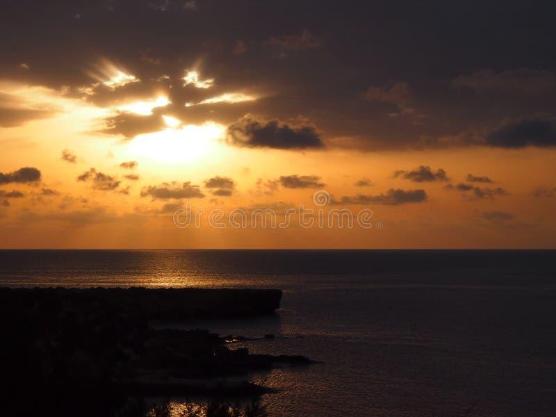 美好的日出在有海的塞浦路斯 免版税库存图片