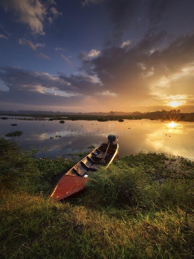 美好的日出在美丽的湖 免版税库存图片