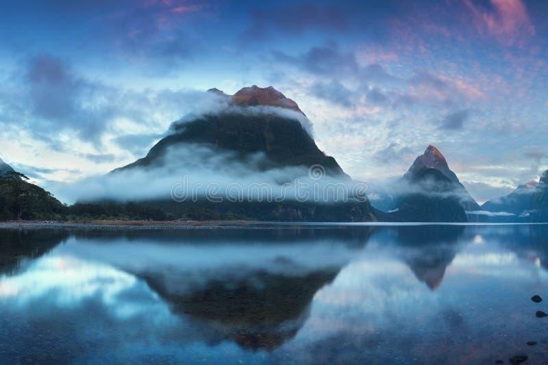 美好的日出在Milford Sound,新西兰 主教峰顶是米尔福德峡湾偶象地标在峡湾国家公园 库存例证