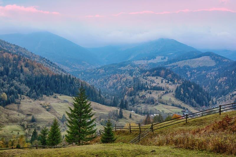 美好的日出山风景在乌克兰喀尔巴汗 免版税库存图片