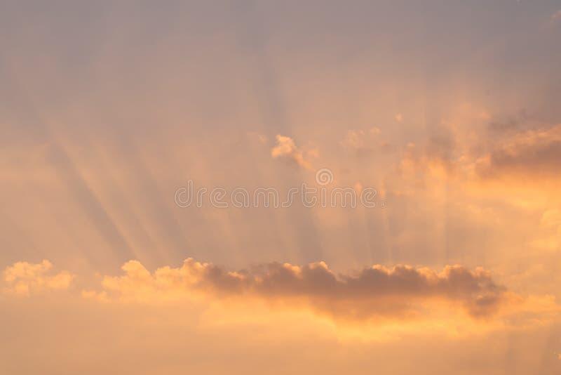 美好的日出或日落风景 阳光在夏天背景中 与阳光的风景美好的自然cloudscape在夏天 免版税库存照片