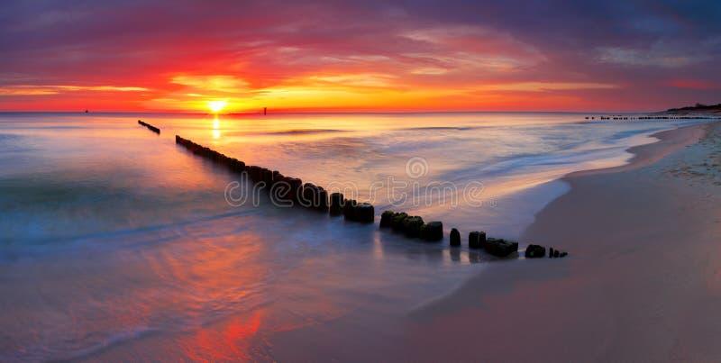 美好的日出的波罗的海在波兰海滩。 免版税库存照片