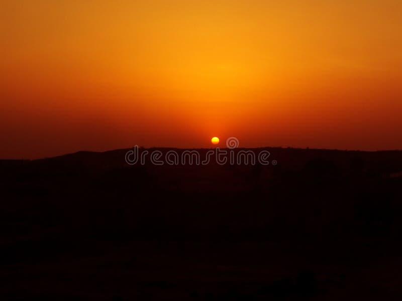 美好的日出视图在沙漠 免版税库存图片