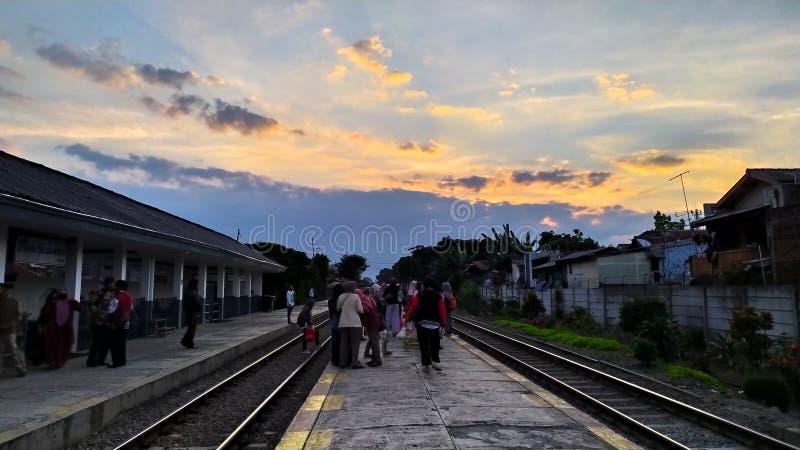 美好的日出路轨方式在Tanah Jawa 免版税库存图片