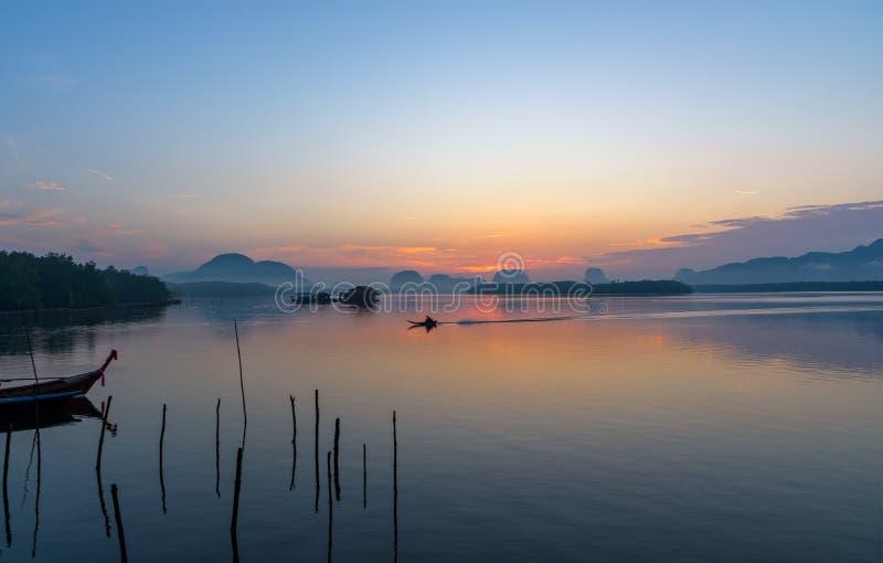 美好的日出风景观点的渔夫 库存图片