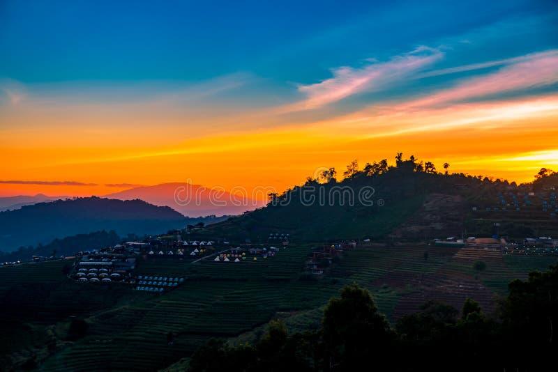 美好的日落一个平静的风景风景与野营在星期一果酱,清迈,泰国的手段的 库存照片